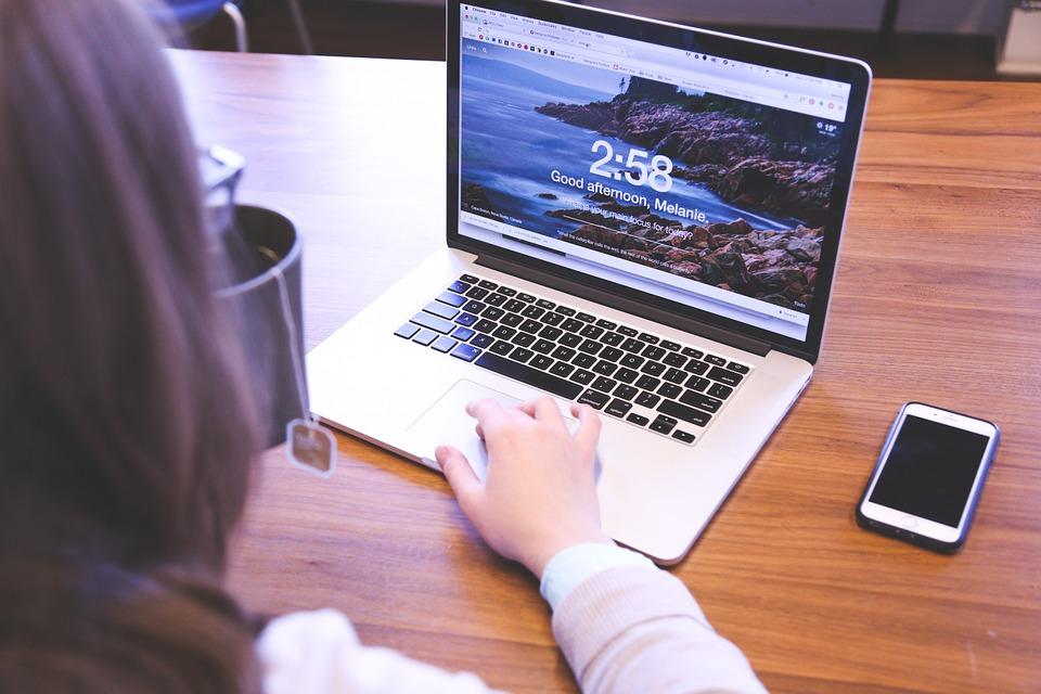 žena, laptop, mobil