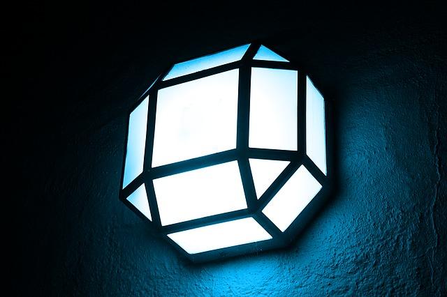 Svietiaca lampa v tme.jpg